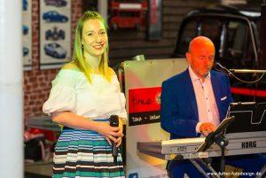 Ramona Köhler und Axel Scheer von der Hochzeitsband time4music bereiten ihren Auftritt vor